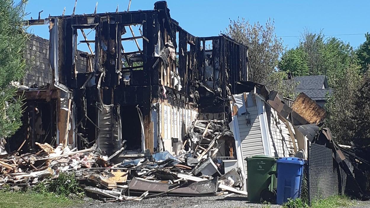 Un incendie a ravagé trois résidences de la rue J.-André-Déragon dans la nuit du 21 au 22 juin.