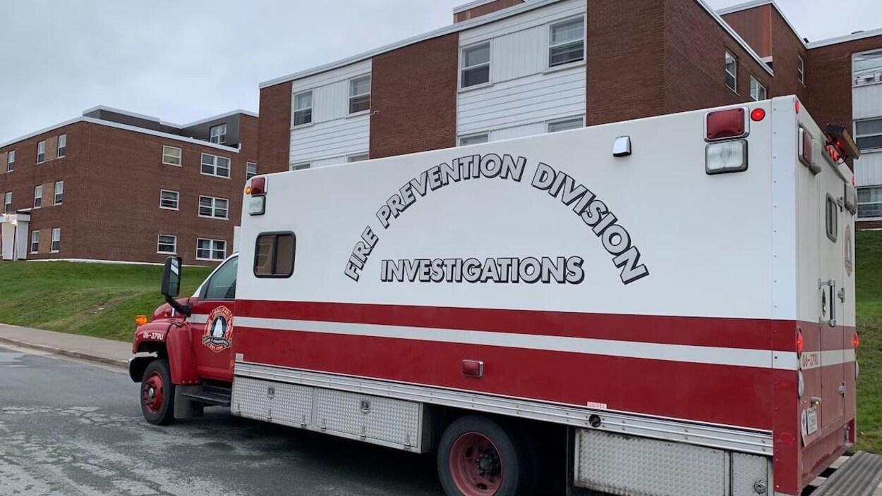 Un camion d'incendie stationné devant un immeuble d'appartements de Dartmouth.