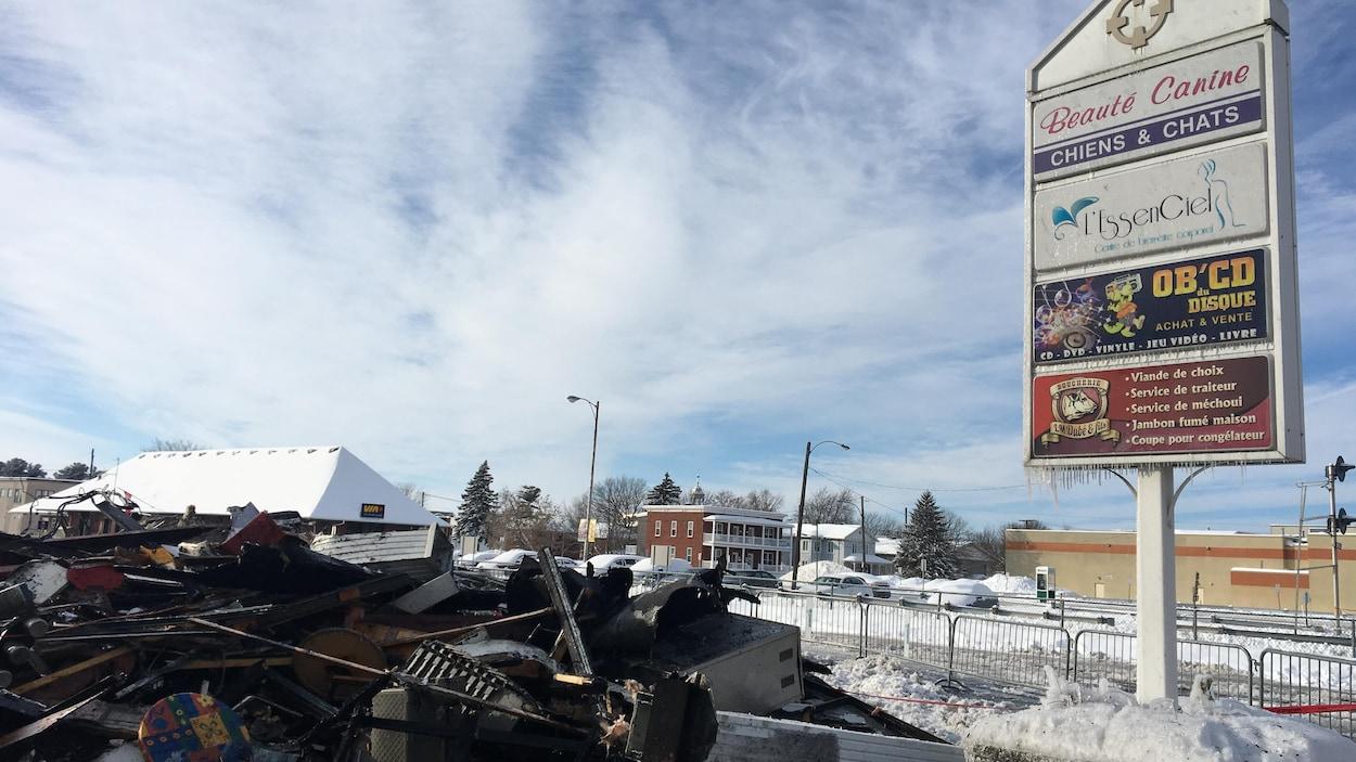 Une quarantaine de pompiers ont combattu les flammes qui ont pris naissance au 267, rue Lindsay.