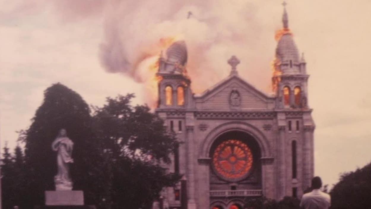Un clocher s'écroule dans une boule de flammes, plus bas, la rosace luit d'un orange infernal.