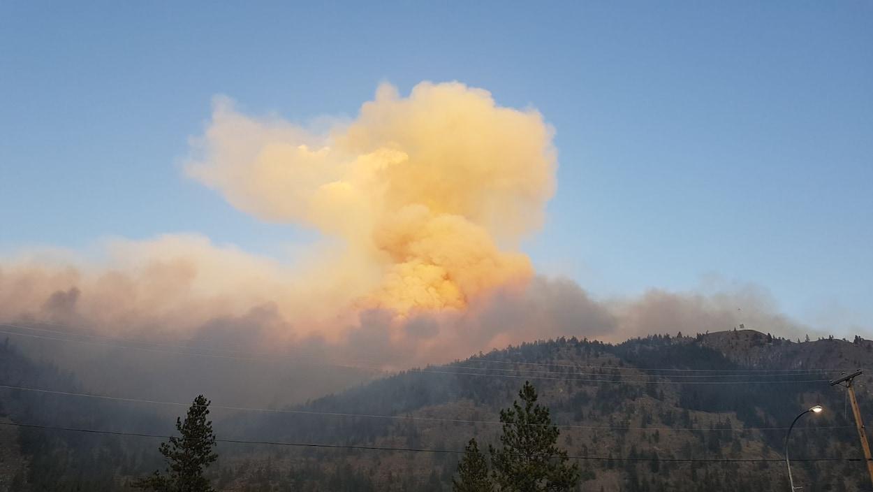 Un feu brûle dans les montagnes de la vallée de l'Okanagan.