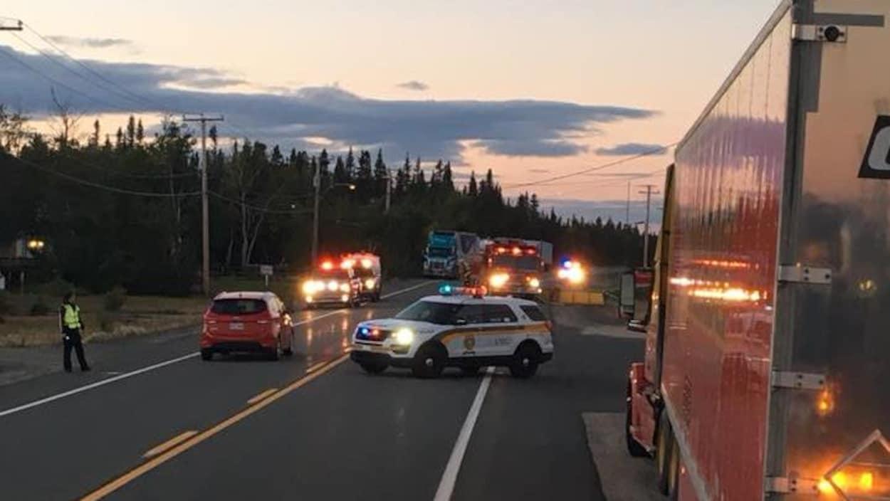 Des camions de pompier et des voitures de police sur la route 138.