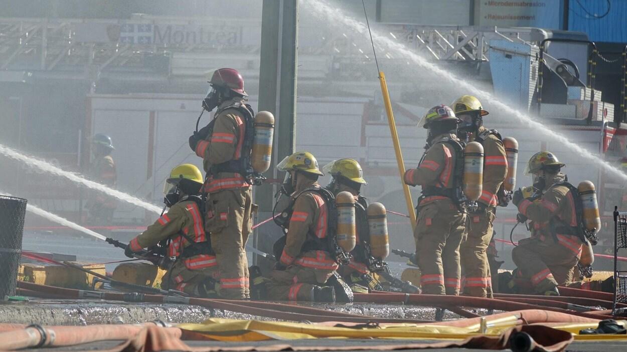 Des pompiers combattent un incendie sur la rue d'Amiens à Montréal-Nord.