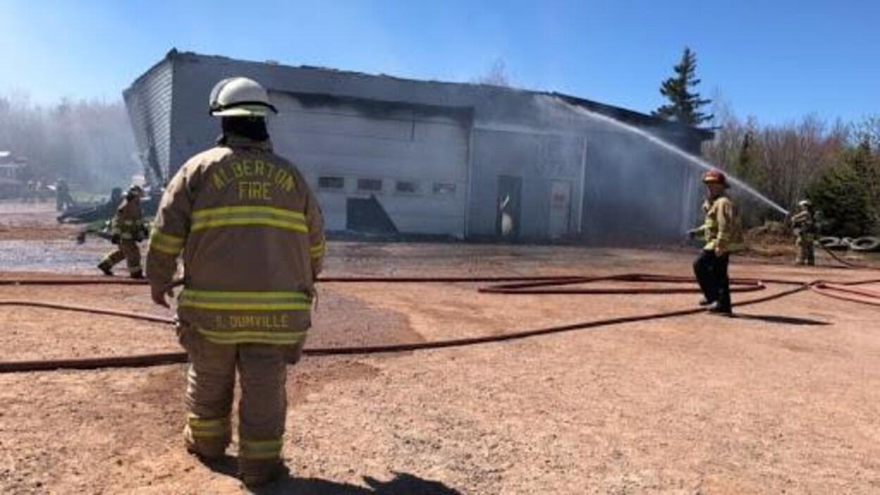 Le chef des pompiers d'Alberton, Shannon Dumville face à  une usine en feu