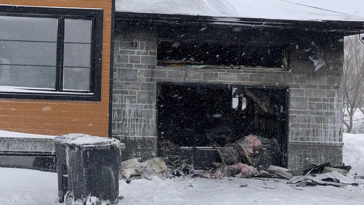 Garage détruit par les flammes (feu éteint).