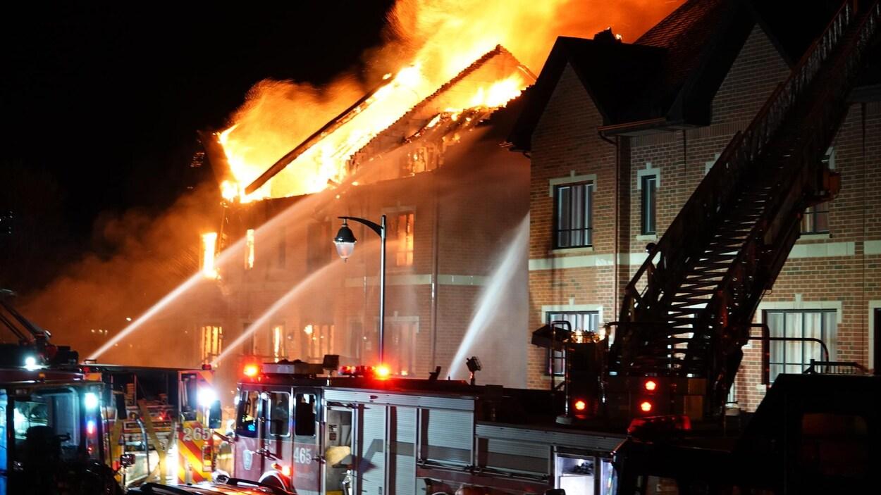 Des habitations en flammes.