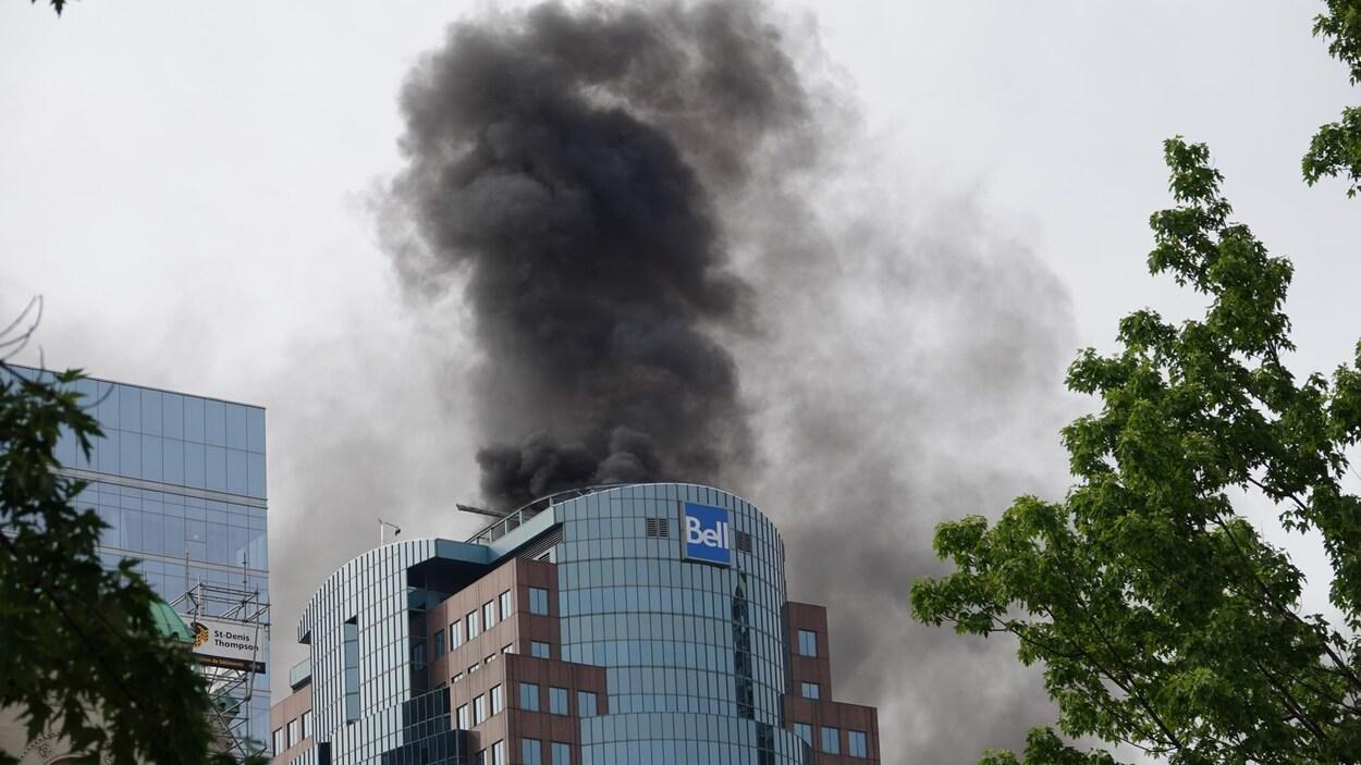 Un incendie majeur s'est déclaré sur le toit de la Tour Bell Média.