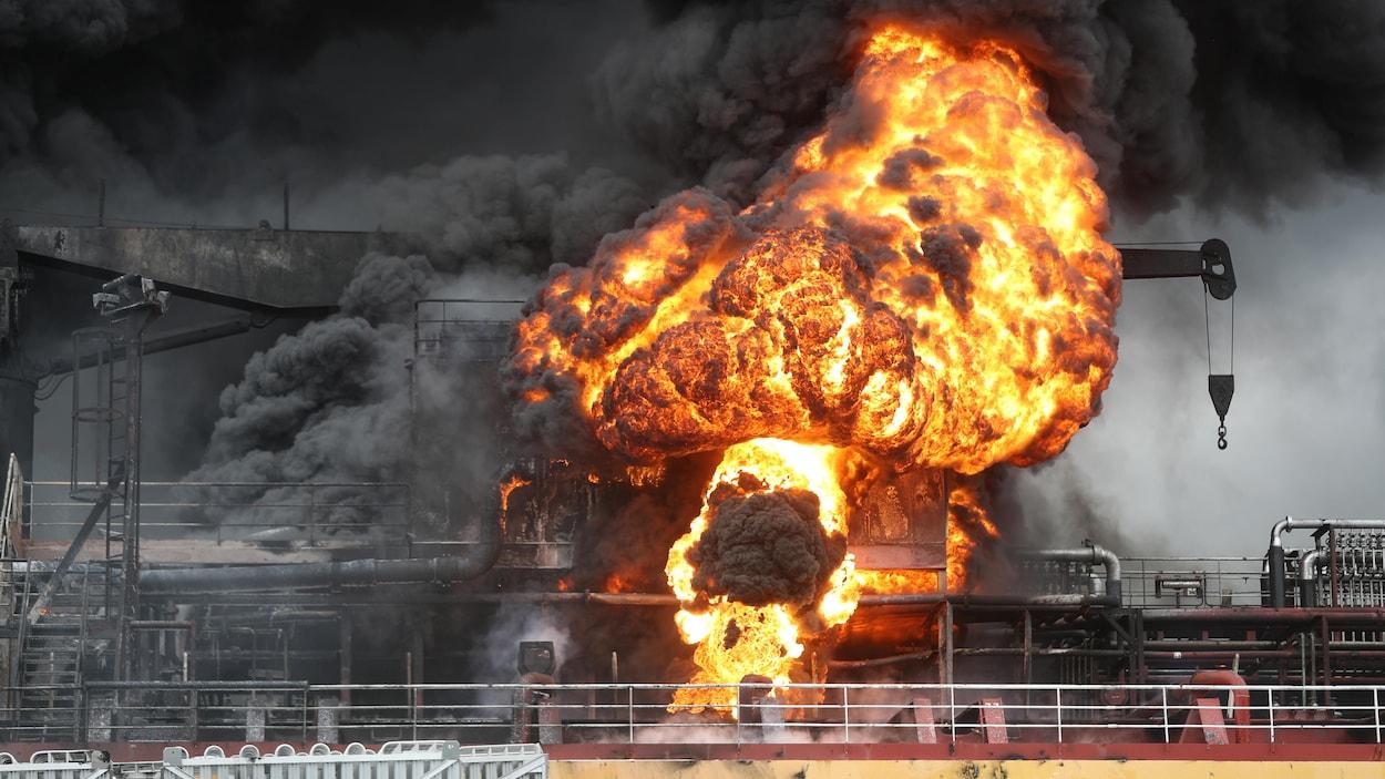 Boule de feu sur le pont d'un bateau