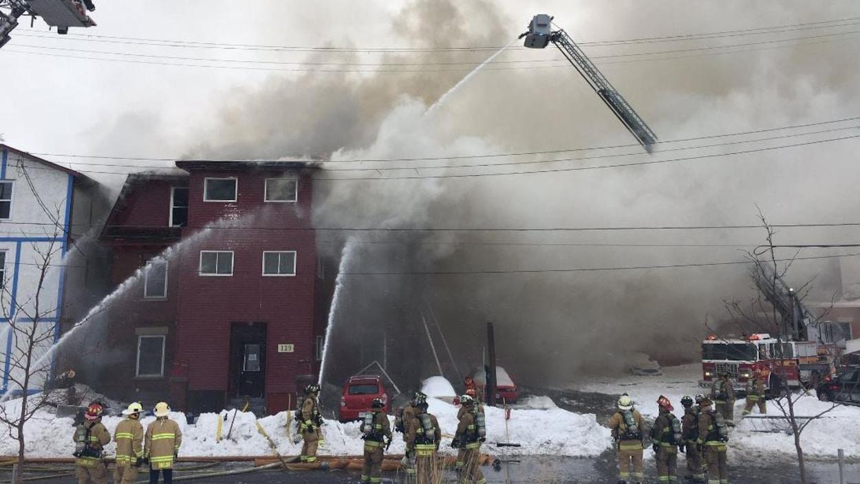 Plusieurs pompiers sur les lieux d'un incendie en hiver.