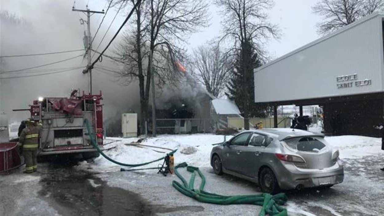 Les pompiers combattent un incendie dans une résidence de Saint-Éloi.