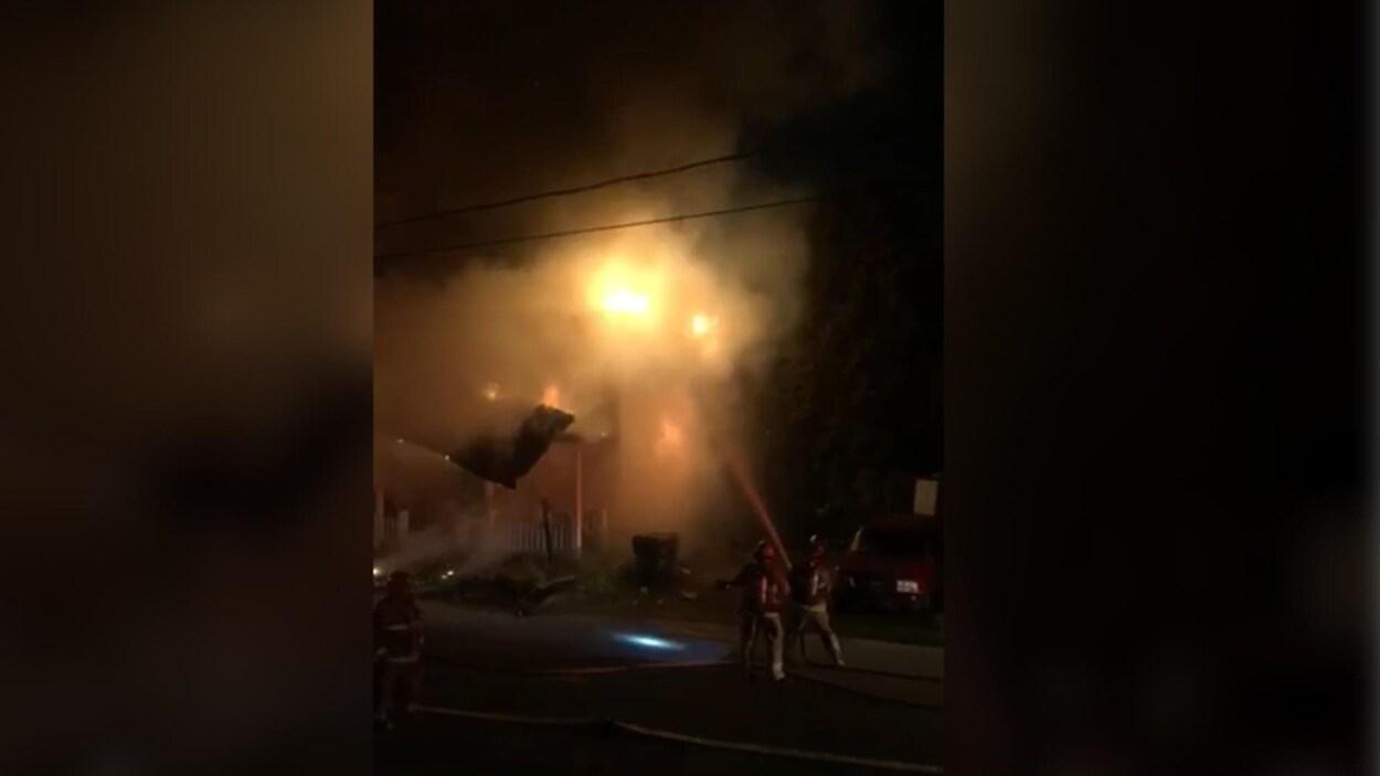 Un duplex a été complètement détruit dans un incendie qui s'est déclaré vers 5h dimanche matin sur la rue Marchildon à Saint-Tite.
