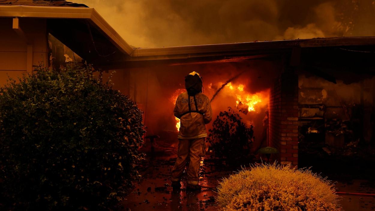 Un pompier combattant le feu à Santa Rosa.