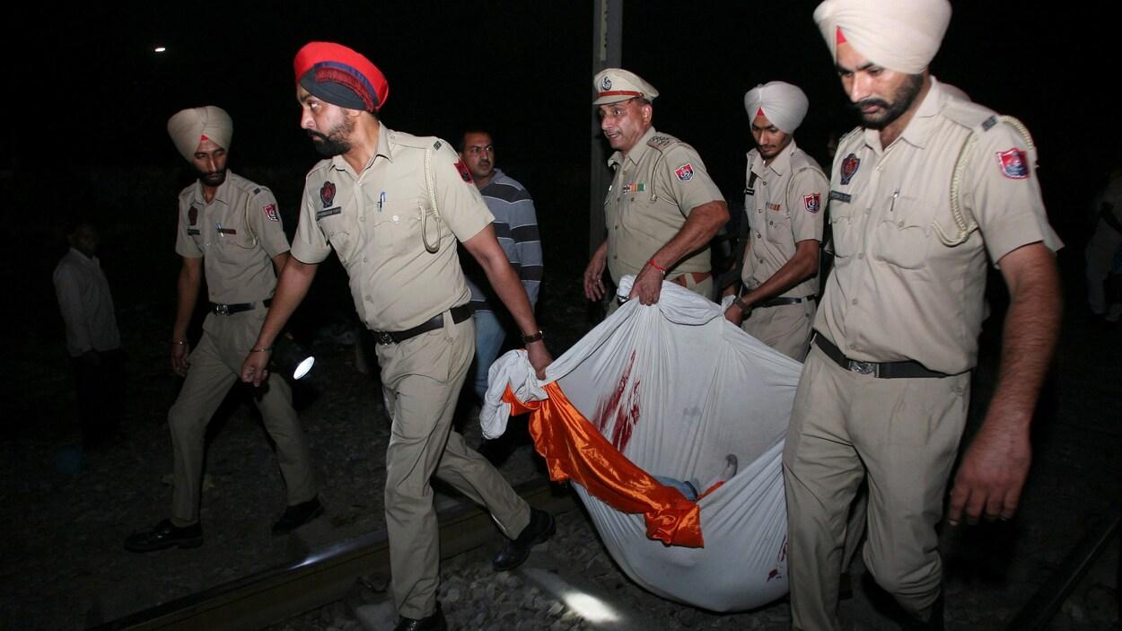 Au moins cinquante morts happés par un train — Inde