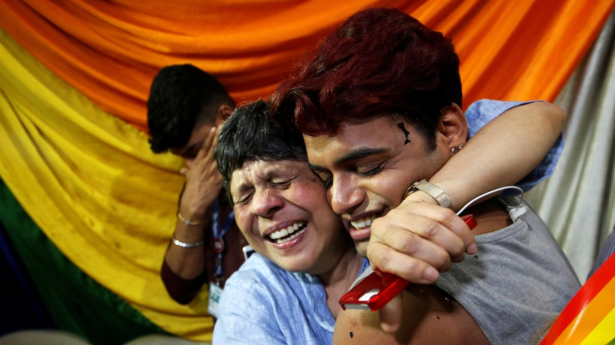 Des membres de la communauté LGBT se serrent dans leurs bras et célèbrent la décision historique rendue par la Cour suprême d'Inde.