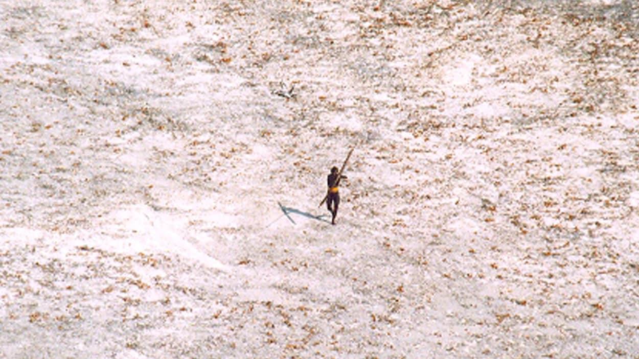 Un membre de la tribu des Sentinelles photographié depuis un hélicoptère.