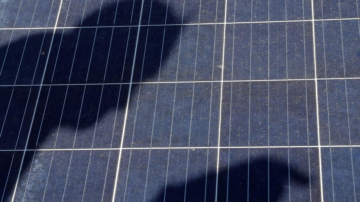 L'ombre d'une personne sur un panneau solaire.