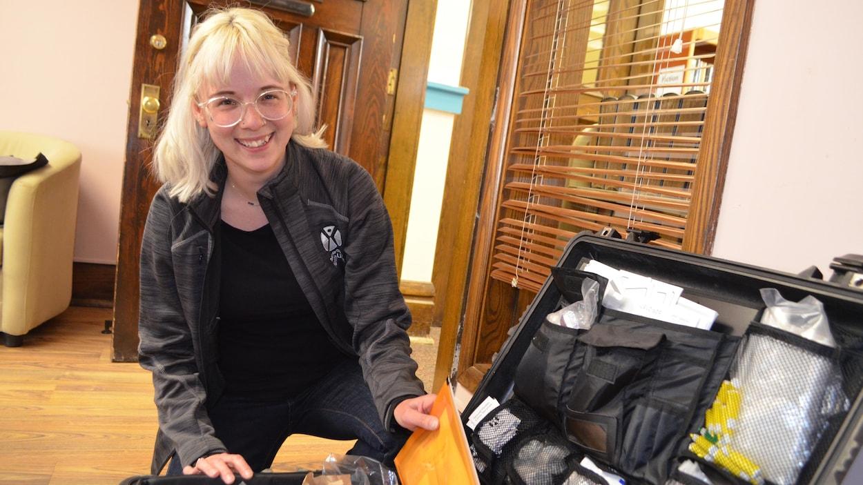 Une infirmière ouvrant une malette contenant de l'équipement médical.