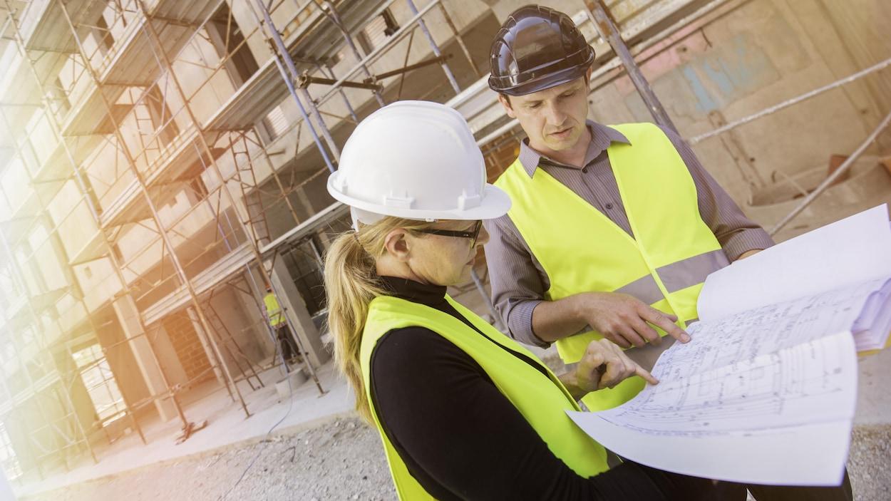 Une femme d'ingénieur sur un chantier de construction.