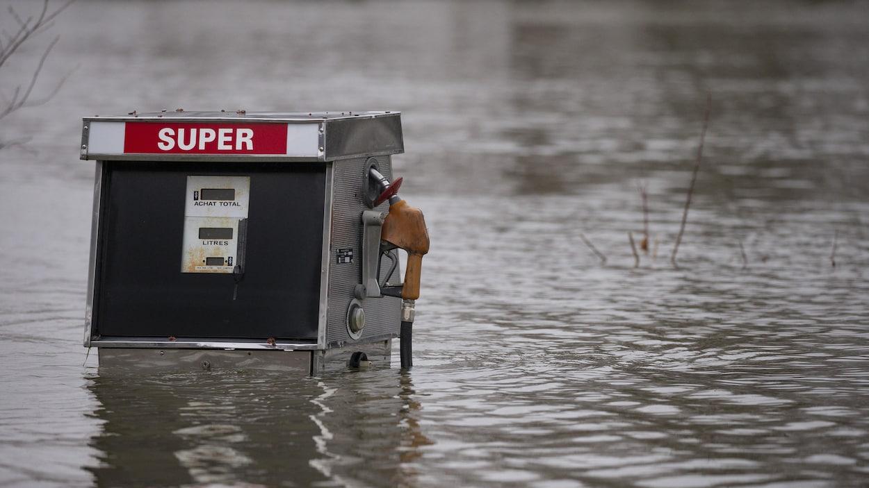 Une pompe à essence submergée par l'eau à Saint-André-D'Argenteuil.