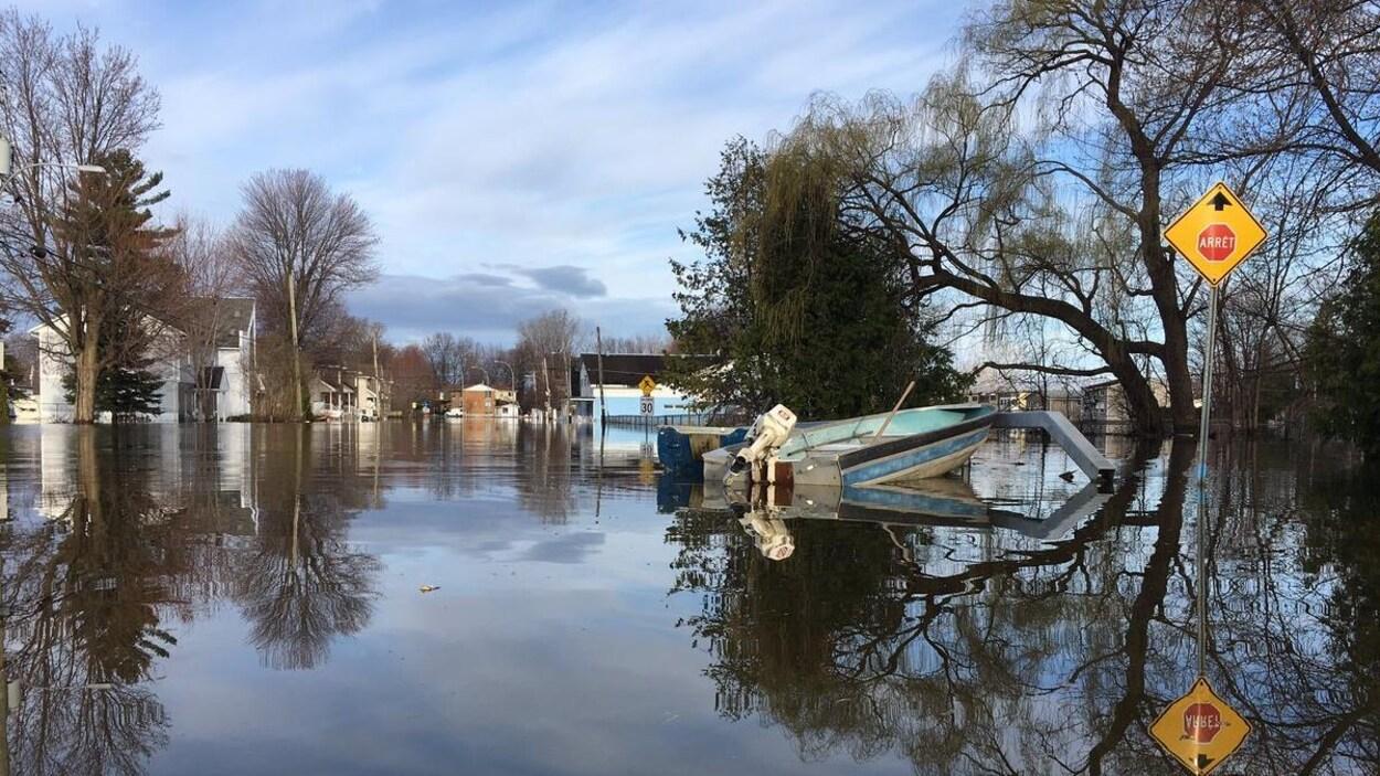 L'eau recouvre complètement les rues autour des maisons.
