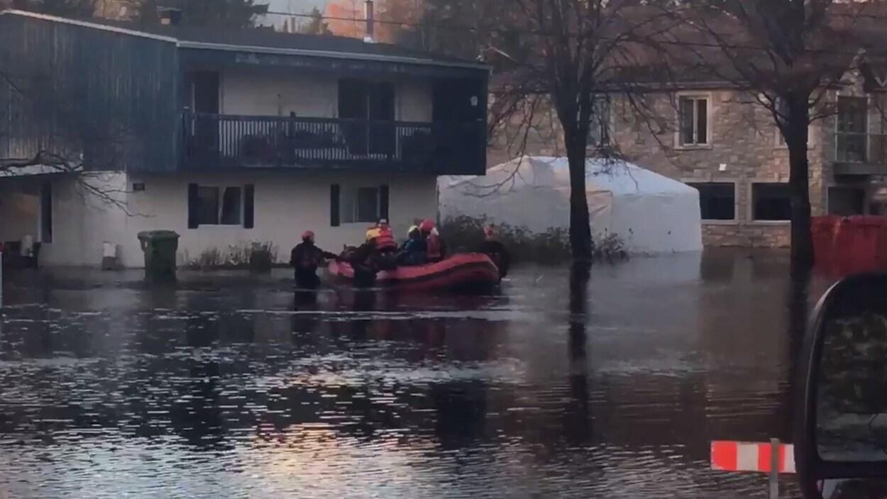 Des pompiers évacuent une garderie en milieu familial de la rue de Champéry à Québec
