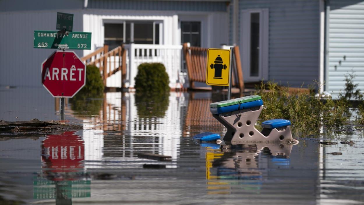 Plus de 2500 résidences ont été évacuées d'urgence à Sainte-Marthe-sur-le-Lac à la suite de la rupture d'une digue, samedi soir.