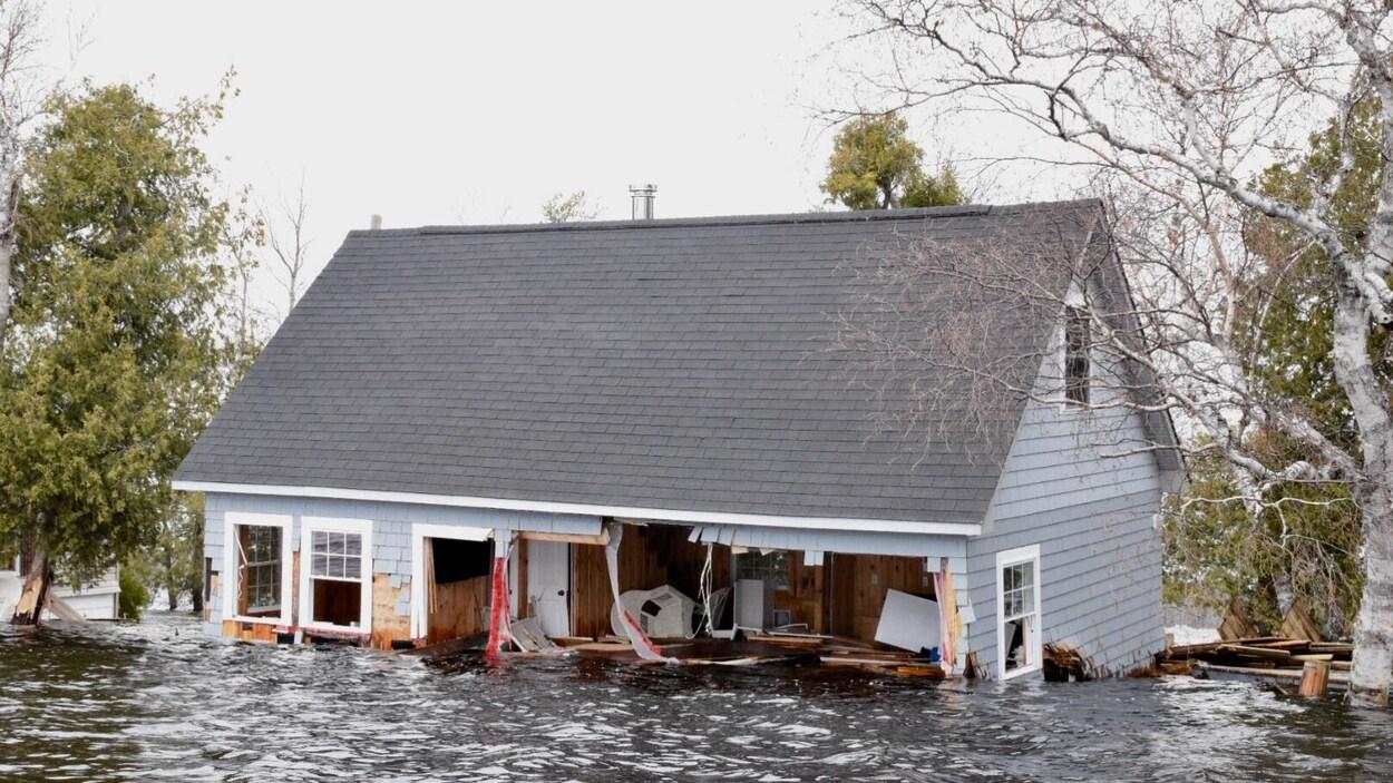 Une maison éventrée par les eaux