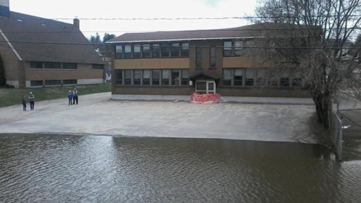L'eau est montée jusque dans la cour d'une école de Maniwaki.