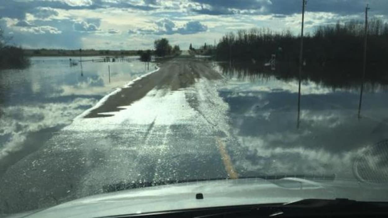 Vue depuis une voiture à l'avant sur une route inondés
