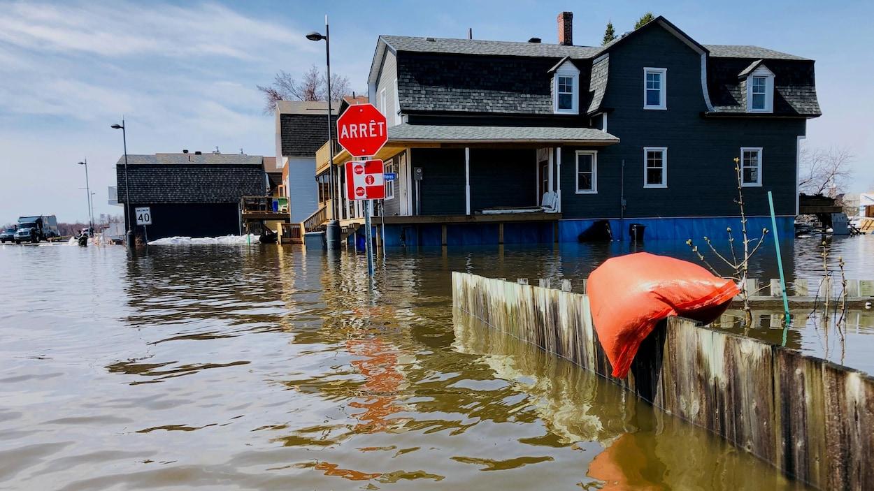 L'eau a grimpé jusqu'aux fondations d'une résidence.