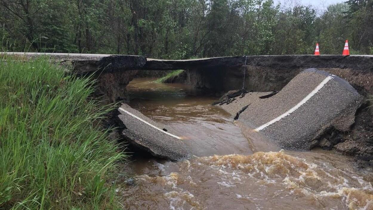 Un tronçon de route tombé dans le lit d'une rivière.