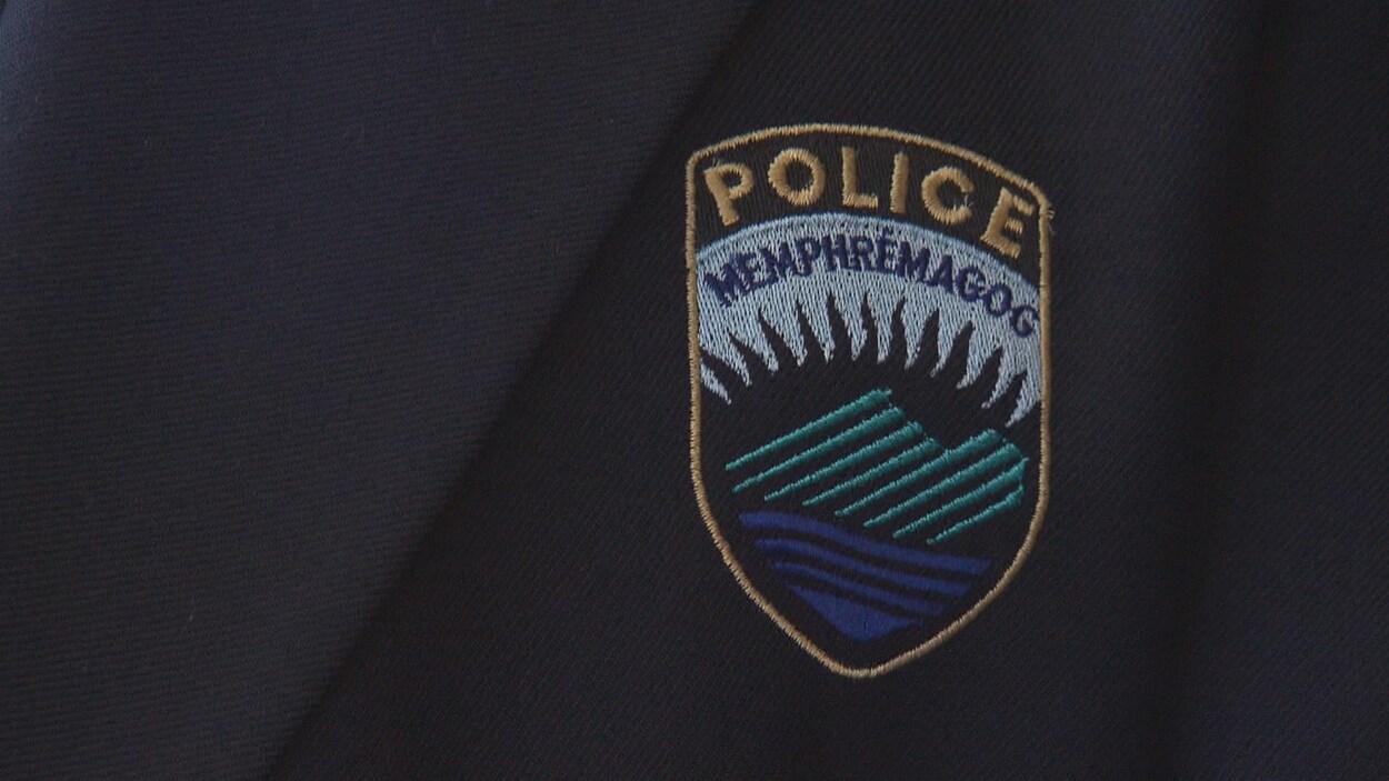L'insigne de la Régie de police de Memphrémagog sur un veston.
