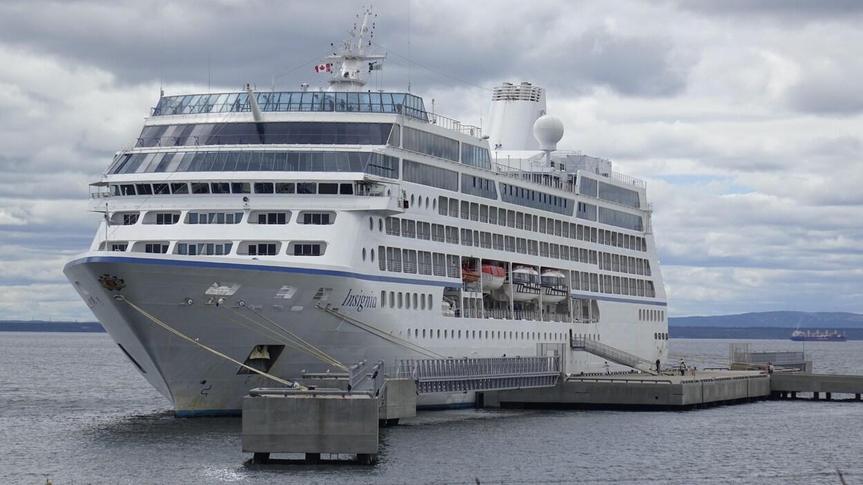 Le bateau de croisière MS Insignia, accosté au quai de Sept-Îles