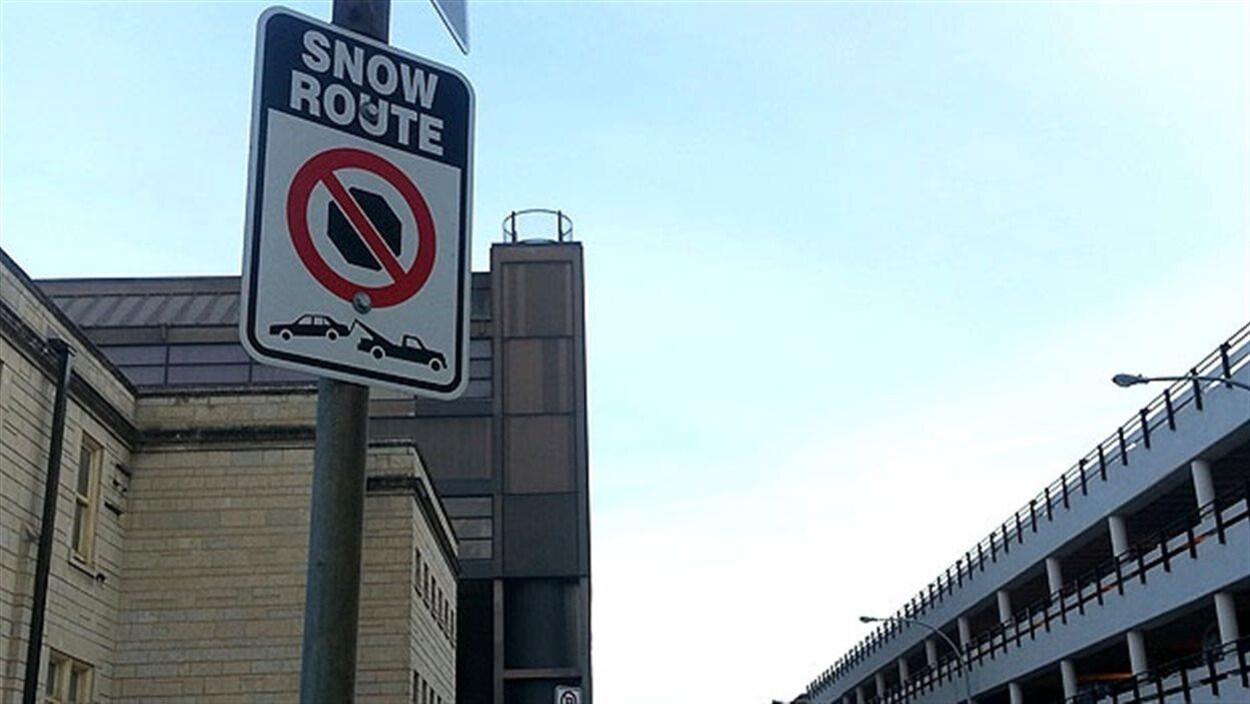 Un panneau d'interdiction de stationnement.