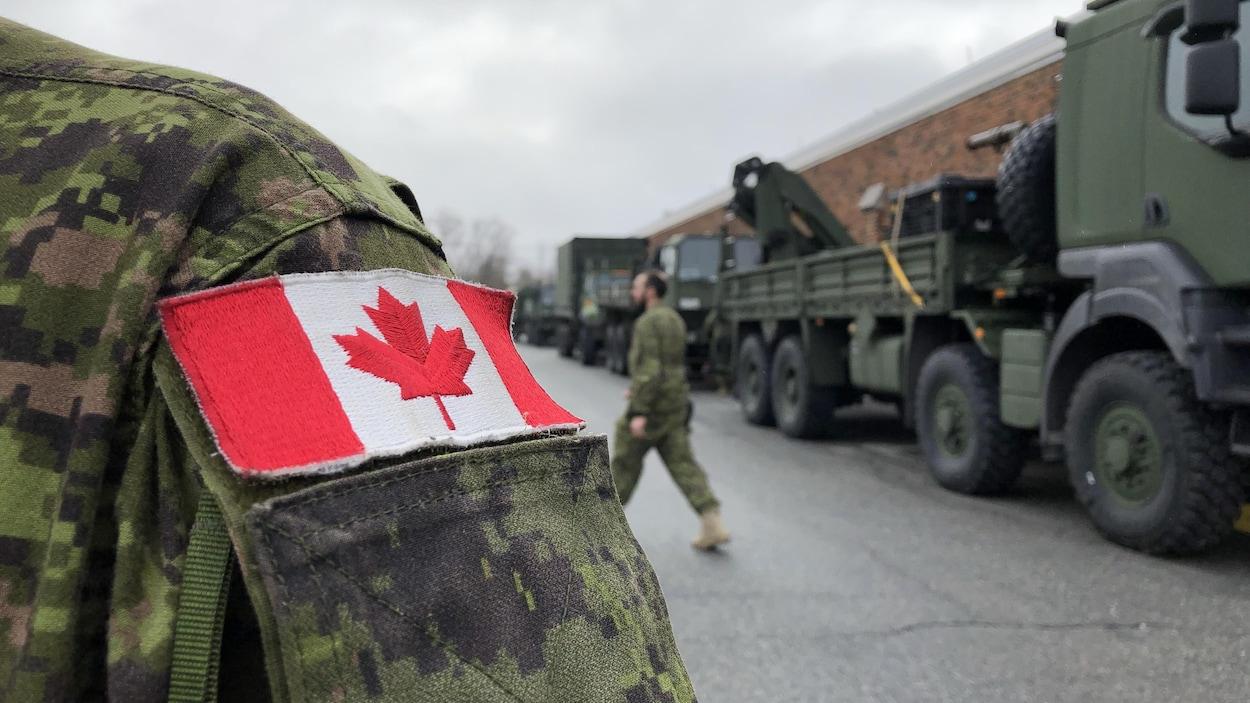 Des membres des Forces armées canadiennes font leurs préparatifs à Gatineau.