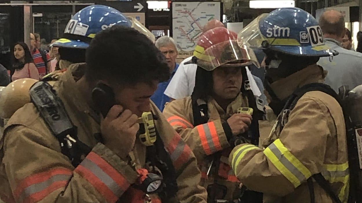 Des intervenants portant des uniformes et des casques discutent.