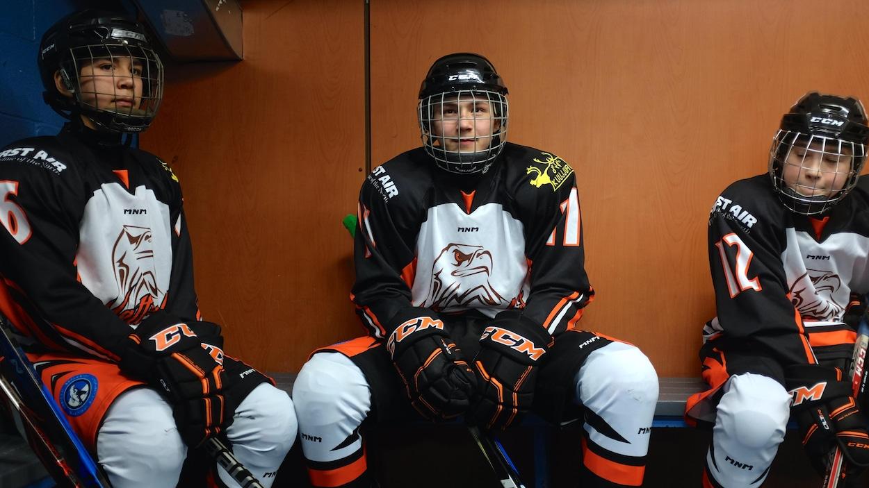 Des jeunes joueurs de hockey inuits de l'équipe Natturaliit