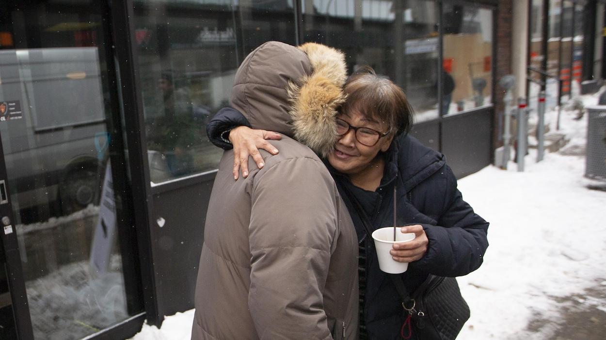 Joanna Oovaut, originaire du Nunavik, enlace une amie devant le refuge Résilience Montréal, près du square Cabot.