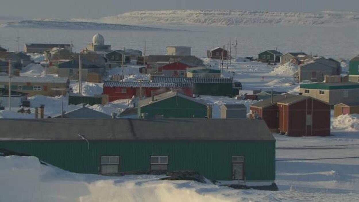 Le sol du village d'Inukjuak est recouvert de neige.