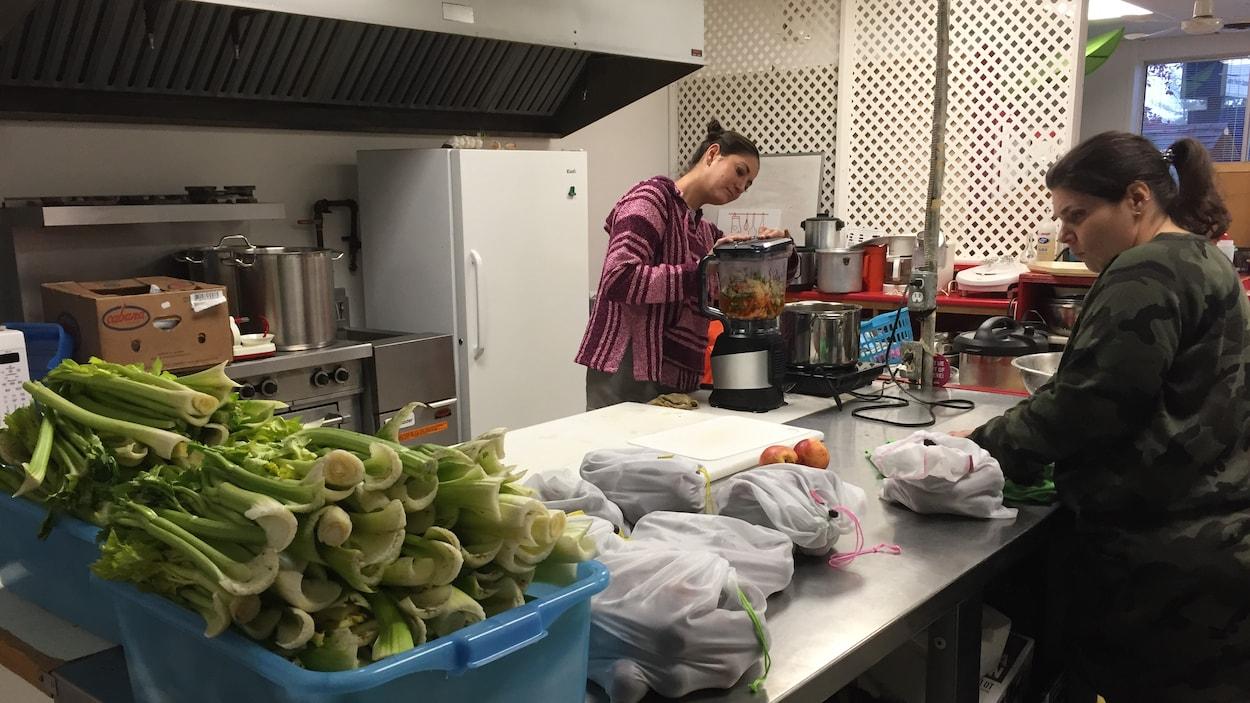 Deux personnes font de la cuisine avec des aliments qui n'ont pas été vendus.