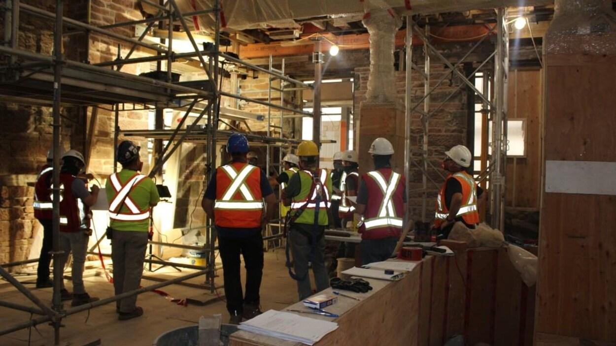 Des travailleurs de la construction à l'intérieur.