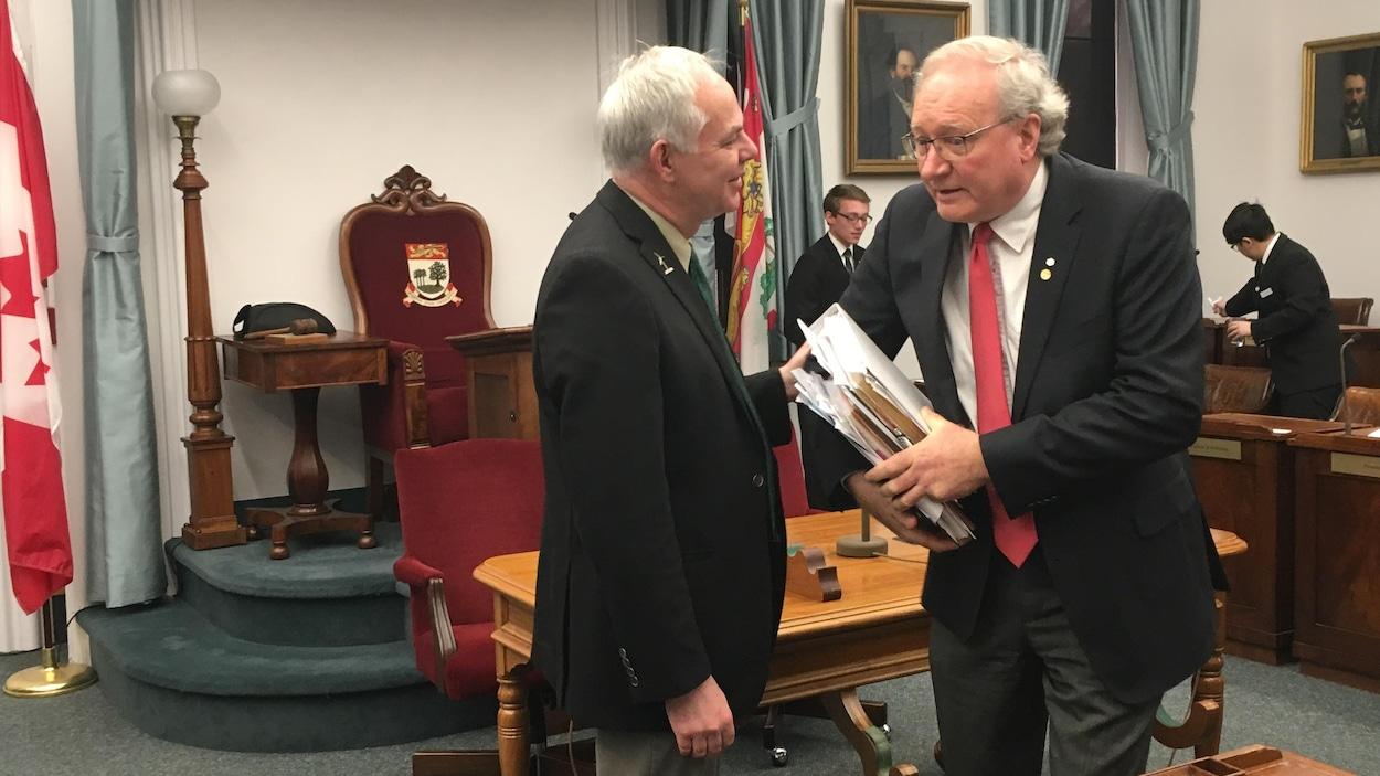 Le chef du Parti vert, Peter Bevan-Baker, et le premier ministre Wade MacLauchlan à la fin de la session parlementaire du printemps 2017 à l'Île-du-Prince-Édouard.