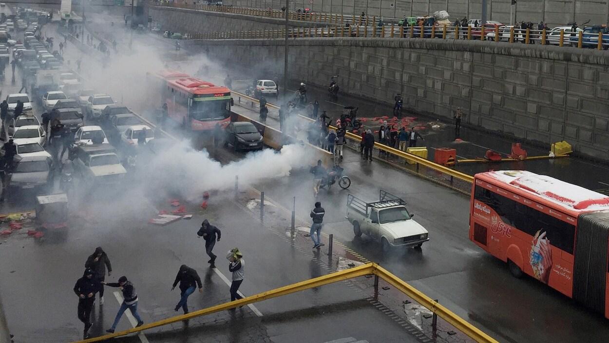 La police iranienne tente de disperser des manifestants dans les rues de Téhéran.