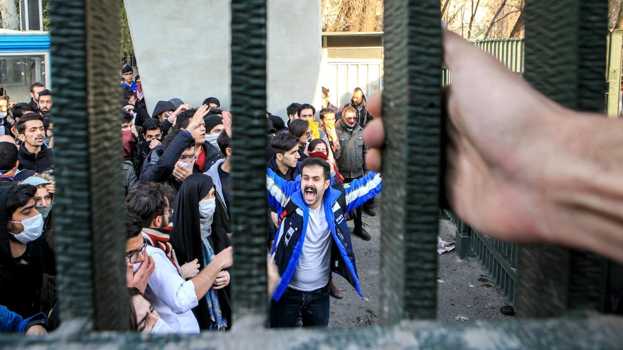 Les manifestants couvrent leur visages, tout en scandant des slogans.