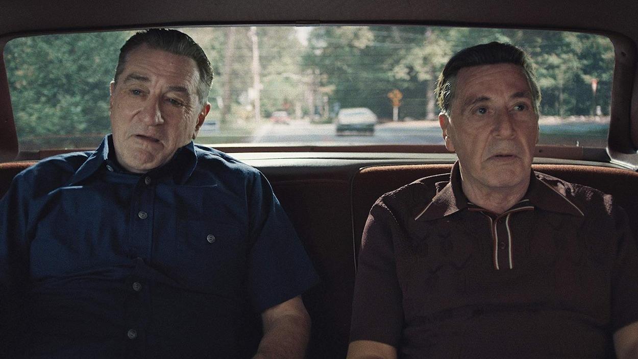 Robert De Niro et Al Pacino sont assis à l'arrière d'une voiture.