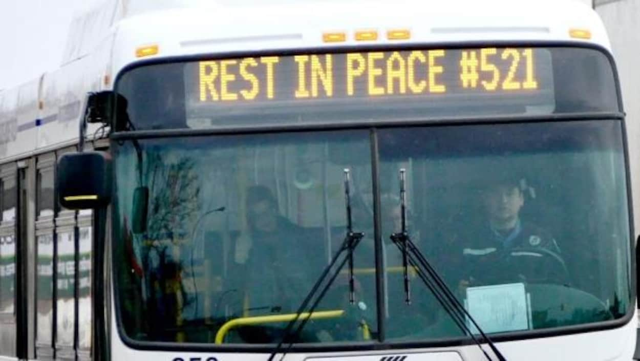 Autobus avec une inscription «Rest in peace».