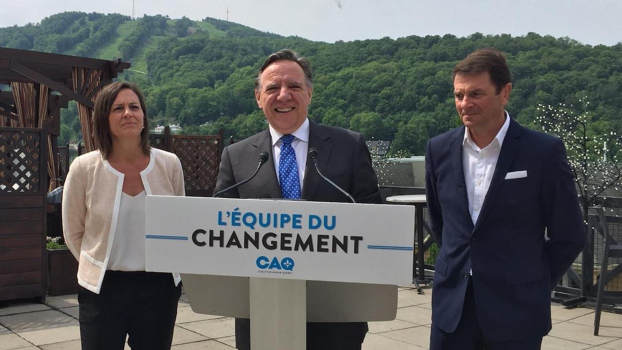 Isabelle Charest en compagnie du chef de la CAQ, François Legault, et François Bonnardel.