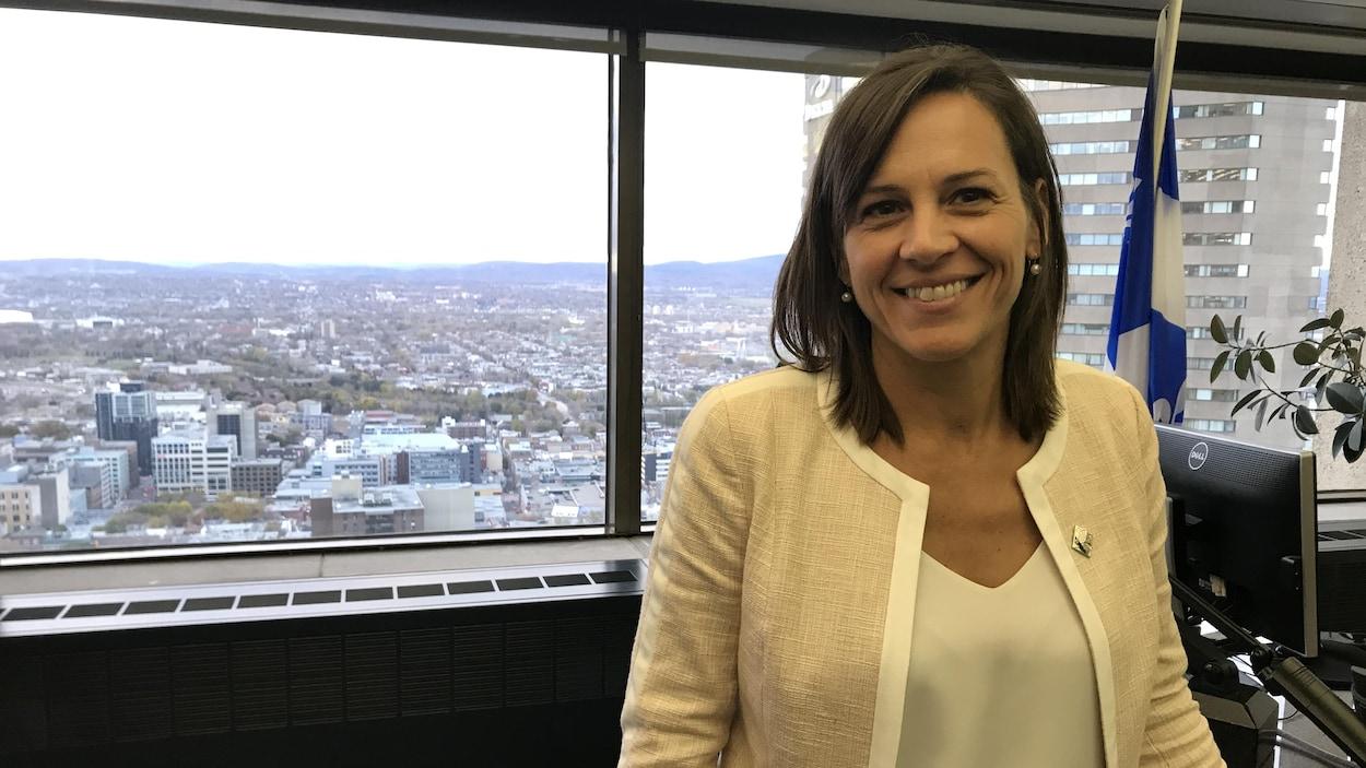 Isabelle Charest debout devant son bureau