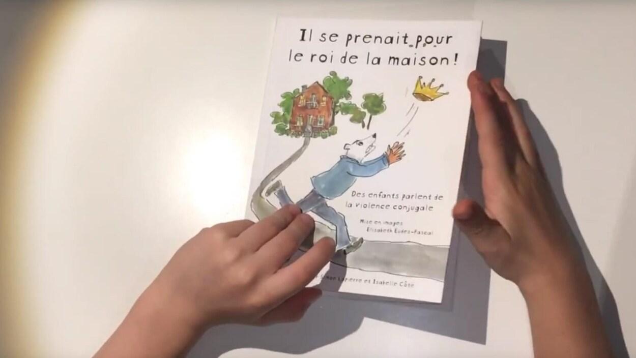 La couverture du livre avec des mains d'enfant.