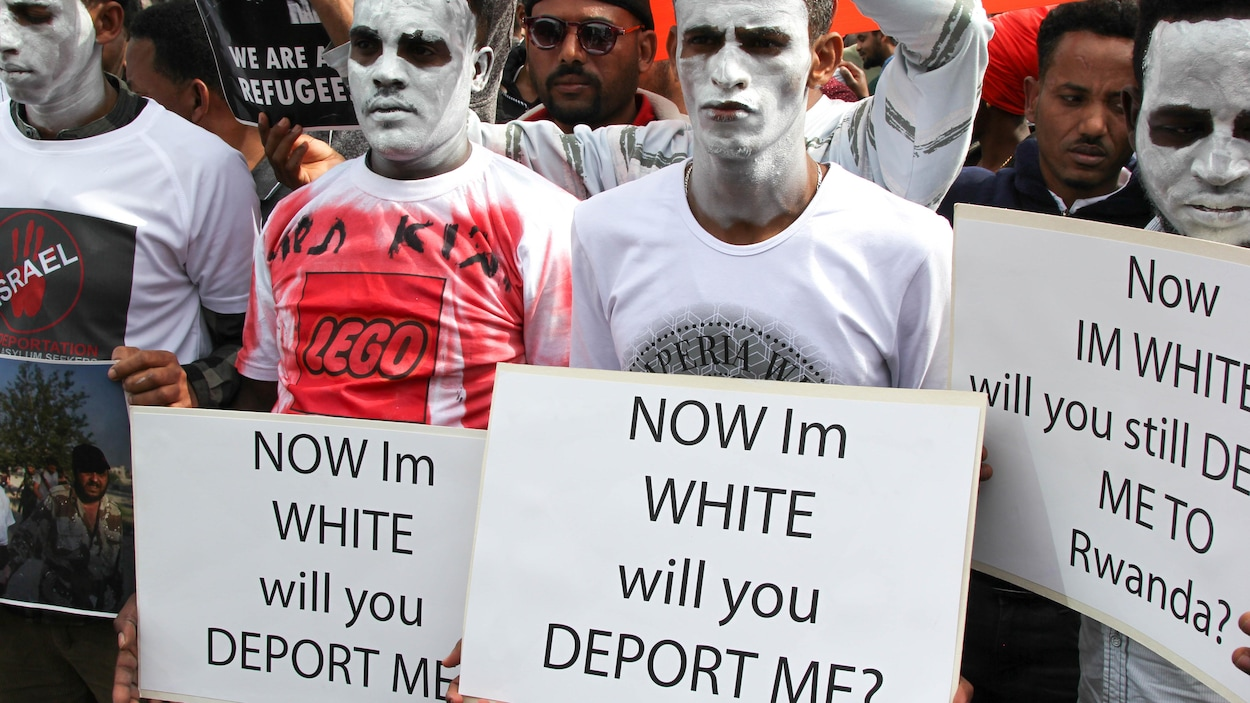 Des Érythréens et des Soudanais ont participé à une manifestation silencieuse plus tôt ce mois-ci devant l'ambassade du Rwanda en Israël, à Herzliya.